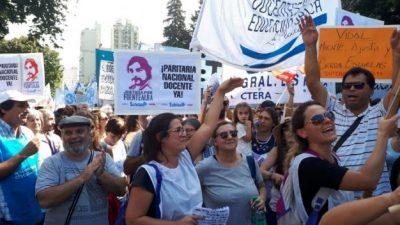 Como hace 30 años, docentes de todo el país paran y marchan a Plaza de Mayo por una paritaria nacional