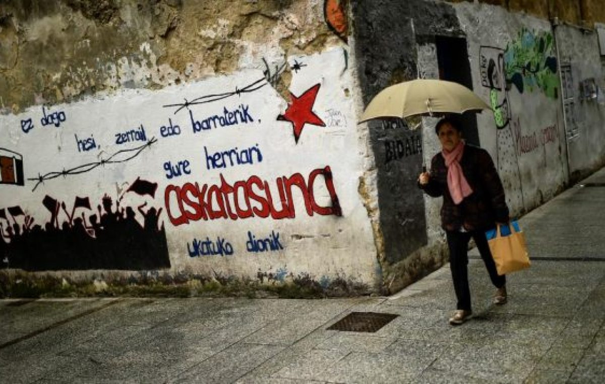 ETA anuncia que se disuelve, pero España no le da crédito