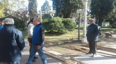 Trabajadores municipales de Luján levantan una carpa de protesta