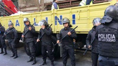 Impresionantes imágenes: el barrio de Once completamente militarizado por la policía de Larreta