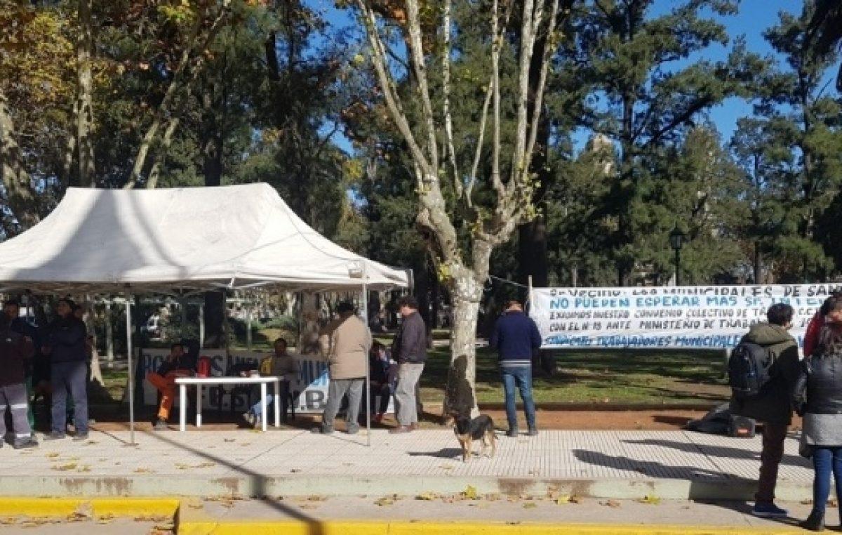 Protestan los municipales de San Vicente con una carpa en la plaza