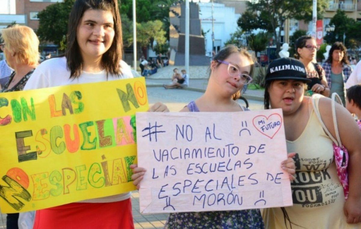 Familiares denuncian que el municipio de Morón quitó el transporte a chicos discapacitados