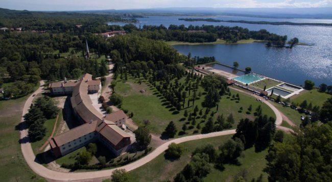 Hoteles de Embalse: uno a la Provincia y tres a entidades