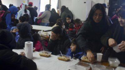 Cada vez más familias reciben comida en los barrios de Bariloche
