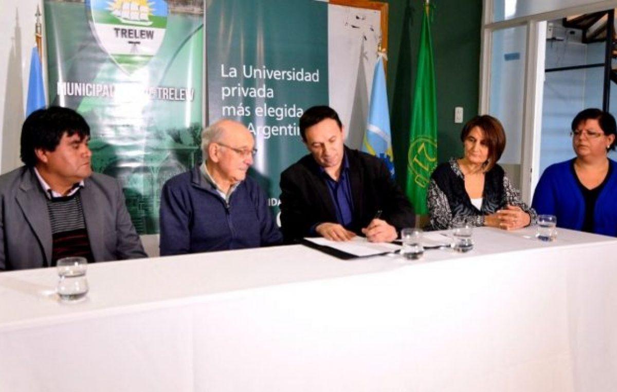 Trelew: Firmaron convenio con la Universidad para que empleados municipales puedan estudiar carreras de grado