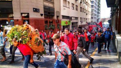 Protesta de los tareferos: cosechan yerba a mano y les pagan $0,90 el kilo