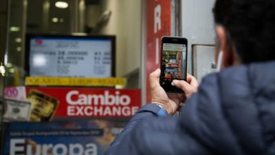 El dólar cerró a 41,50 pesos en otra jornada frenética en la city rosarina