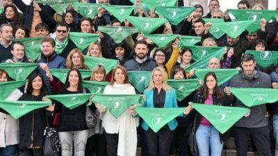 La Intendenta de Rosario encabezó acto por el aborto legal en el Monumento