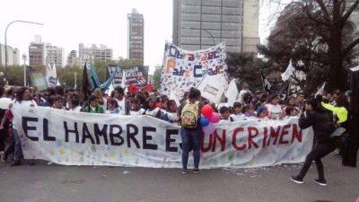 """""""El hambre es un crimen"""": Los chicos sacan sus reclamos a la calle porque «quieren ser escuchados»"""