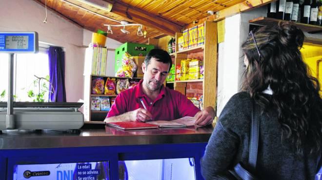 Almacén de barrio en Roca: hasta 16 horas abierto para que sea rentable