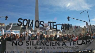 Prensa marcha por las reincorporaciones en Télam y en defensa de los medios públicos