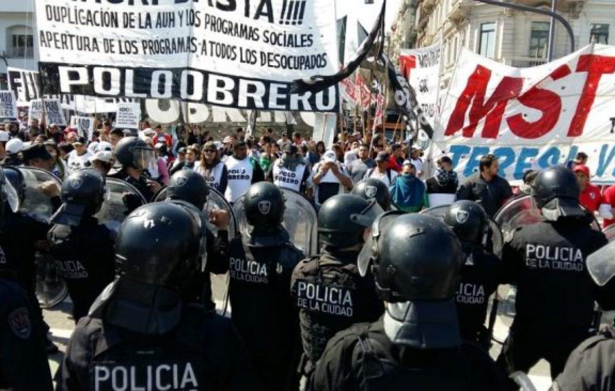 Un cordón policial para frenar la movilización por el salario