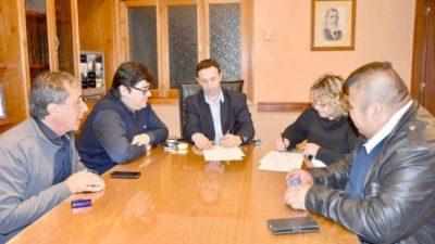 Maderna firmó con gremios un aumento salarial del 15% para empleados municipales de Trelew