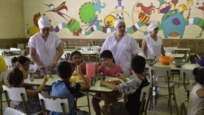 Rosario: Cada vez más chicos comen en la escuela y los padres piden las sobras