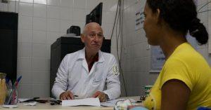 """Cuba se retira de programa """"Más Médicos"""" en Brasil tras amenazas de Bolsonaro"""