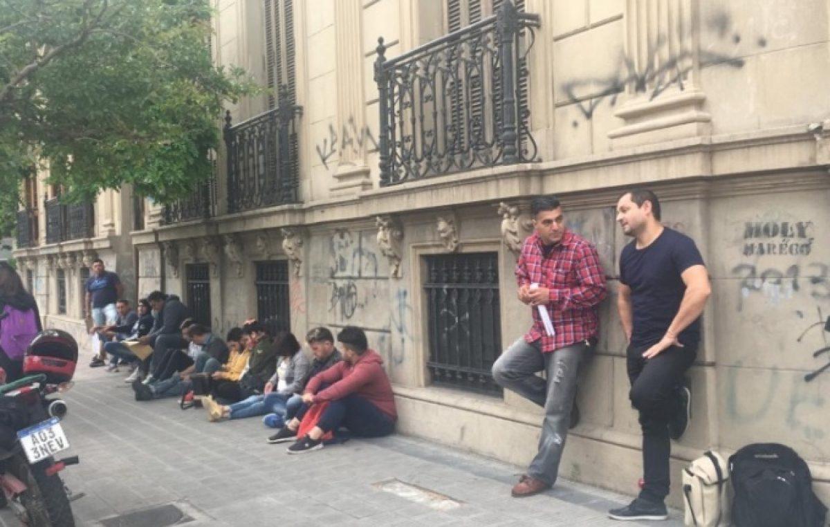 Espera y largas filas para conseguir trabajo en la Municipalidad de La Plata