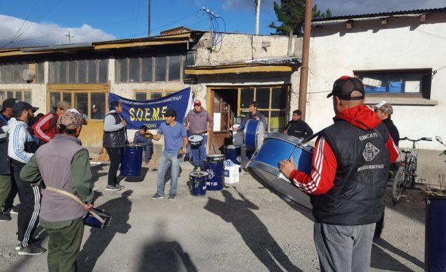 Retención de servicios de municipales de Esquel por diferencias en el porcentaje de la cláusula gatillo