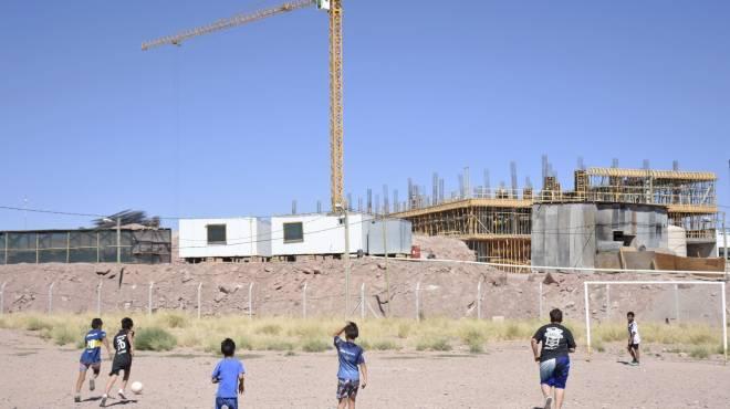 Los chicos acampan para que el municipio de Neuquén no les saque su canchita