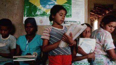 Lema de campaña de Bolsonaro como lectura obligatoria desata polémica