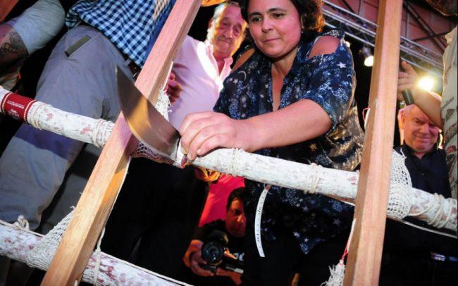 """Mientras en Tandil se cortaba el """"salame más grande del mundo"""", el municipio preparaba nuevos aumentos"""