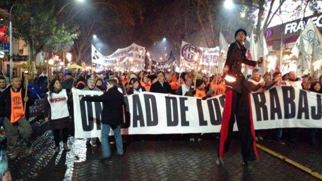 La marcha de las antorchas convocó a una multitud en el centro mendocino