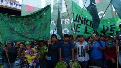 Un «verdurazo» de 20 mil kilos en Plaza de Mayo y contra la represión