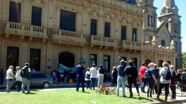 Conficto con municipales en Coronel Suárez: Trabajadores siguen en plan de lucha y Palacio puso restricción policial