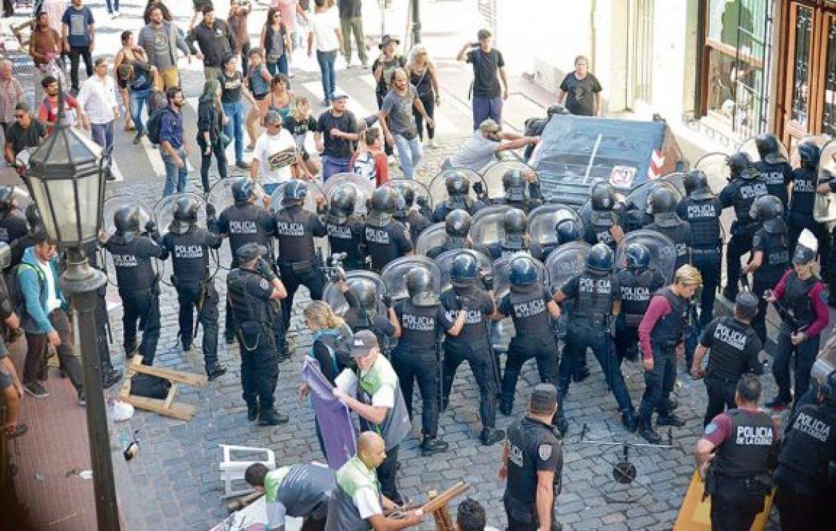 Brutalidad policial en la feria de San Telmo
