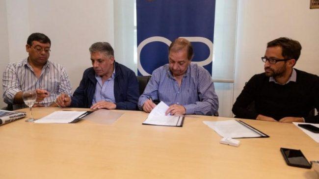 El intendente de Comodoro Rivadavia firmó con los dos gremios municipales un acuerdo salarial del 37%