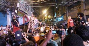 Obra de teatro en favela de Brasil se opone a la injusticia