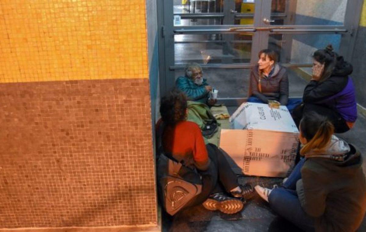 Lo perdieron todo y duermen en las calles de Neuquén