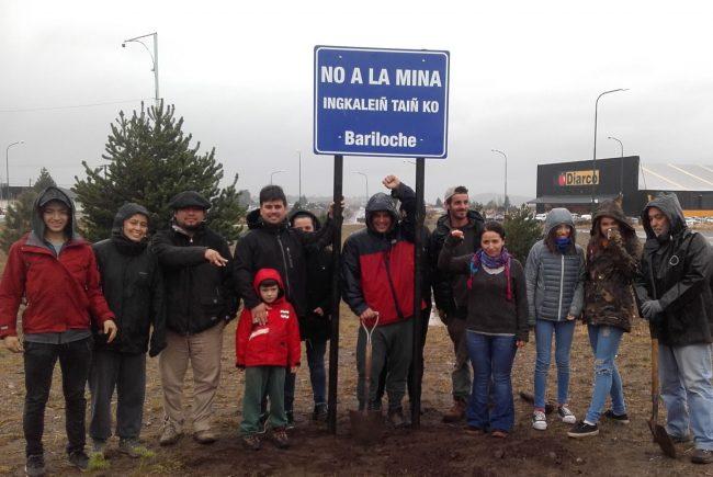 Un cartel contra la minería da la bienvenida en Bariloche