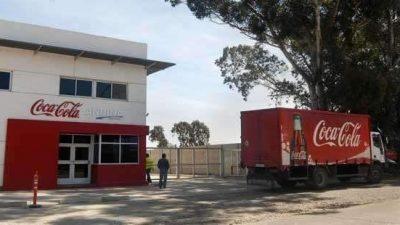 Coca Cola no paga salarios y los trabajadores bloquean el ingreso a la planta de Bahía Blanca