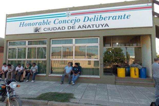 Empleados municipales intensifican reclamos en la ciudad de Añatuya