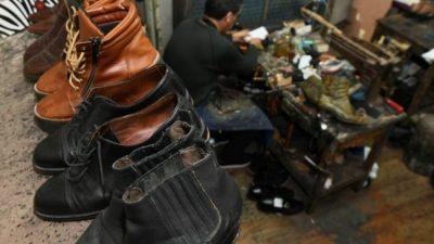 Vuelven los arreglos: zapateros y modistas, oficios que resurgen con la crisis