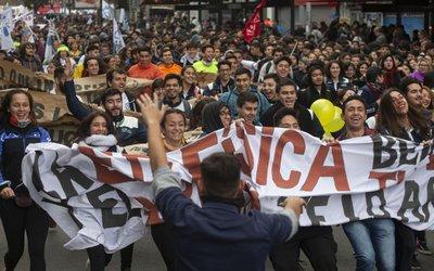 Maestras jardineras de Chile en paro y movilización por mejor salario