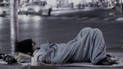 El drama de dormir en la calle: Reparten viandas y frazadas para la gente sin techo
