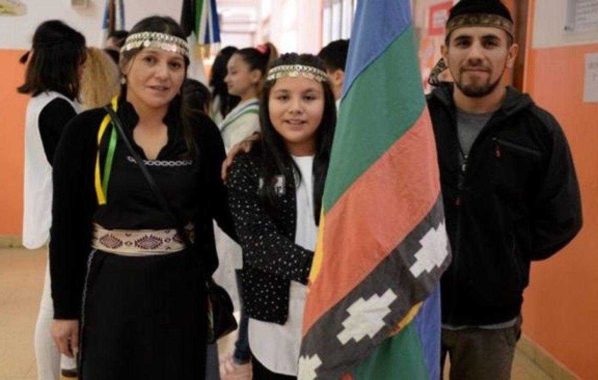 Tres escuelas sumaron la bandera mapuche al acto de promesa