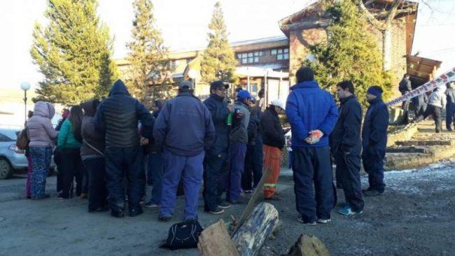 La protesta de municipales de Rio Turbio se trasladó a las puertas de la municipalidad
