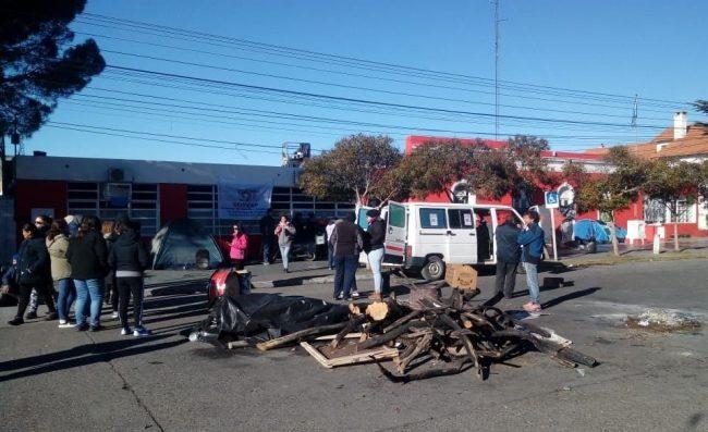 Trabajadores municipales de Rawson siguen en el acampe