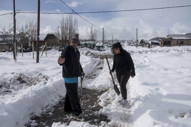 El esfuerzo de los paleros, la otra cara de la nevada en Bariloche