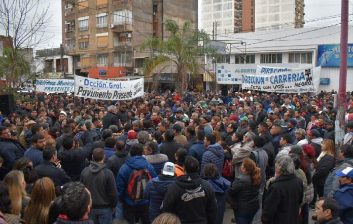 Resistencia: Fuerte protesta de trabajadores municipales frente al edificio del InSSSeP