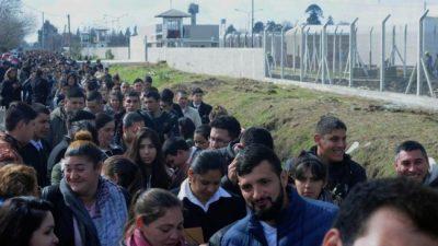 Un km de cola por trabajo: cientos de jóvenes esperan para inscribirse al servicio penitenciario