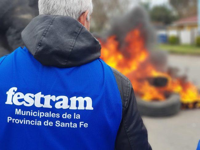 Municipales cortan rutas en varias localidades de la Provincia en reclamo de salarios atrasados