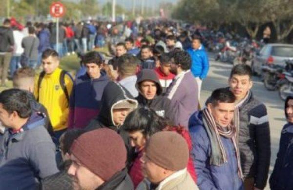 Crisis de empleo: más de dos kilómetros de cola para conseguir un trabajo en Yerba Buena
