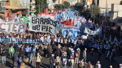 Multitudinaria marcha en Rosario en reclamo de trabajo y asistencia
