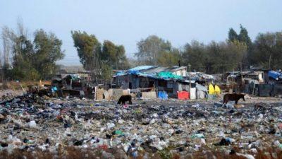 La peor cara de la crisis: 14 menores intoxicados por comer alimentos de un basurero en Olavarría