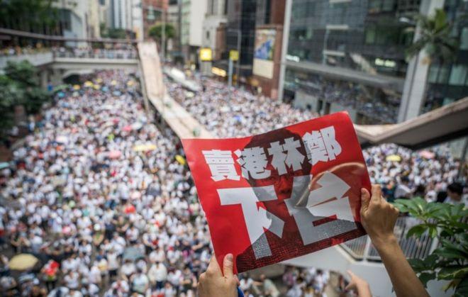 Hong Kong no cede y salió de nuevo a las calles pese a una prohibición policial