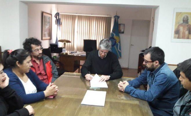 Municipio de Esquel y gremios acordaron aumento salarial del 15 % y adelanto de paritaria en enero