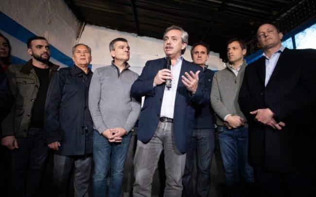 Fuerte gesto: Alberto Fernández sube al avión a dos intendentes del Conurbano